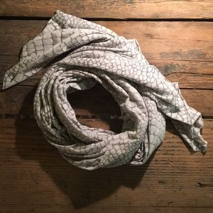 Accessories - NWOT Grey Snake / Giraffe Patterned Long Scarf